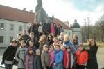 Uczniowie z Kiwiszek u stóp króla Mendoga
