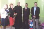 Goście wraz z gospodarzami podczas uroczystości