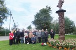 Uczestnicy rajdu wraz z gospodarzami przy przydrożnej kapliczce