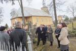 uczestnicy Święta na przykościelnym cmentarzu (fot. Ryszard Jankowski)