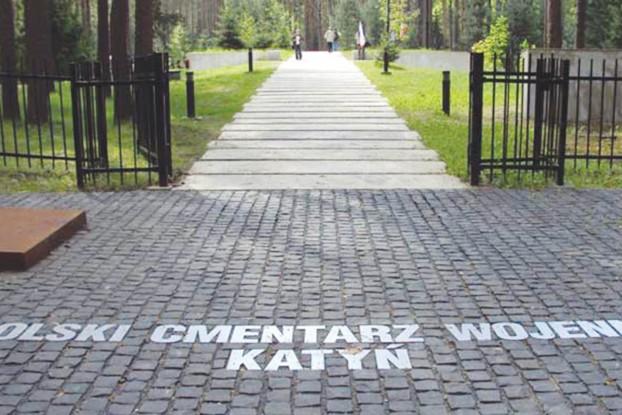 Ta droga prowadzi do miejsca upamiętnienia pomordowanych