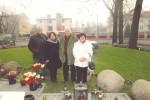 Seniorzy z Litwy przy grobie księdza Jerzego Popiełuszki