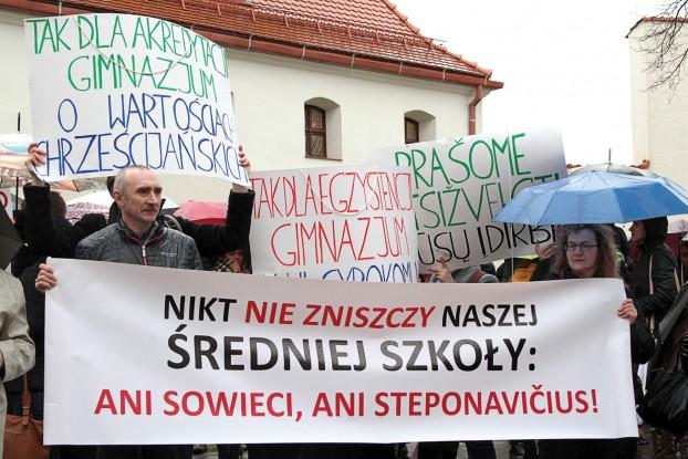 Treść plakatów świadczyła o determinacji szkolnej społeczności (fot. Marian Paluszkiewicz)